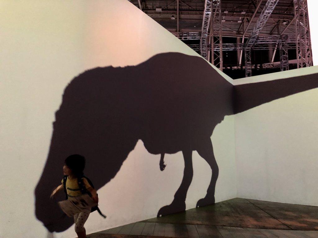 ティラノサウルスの影